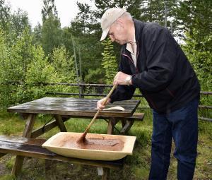 Ivar Kjensrud rører primost