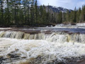 Brennesvaet. Når en ser denne og andre fosser i elva, er det lett å forstå hvorfor den har navnet Fossbrøtta (Fossbrøyta).