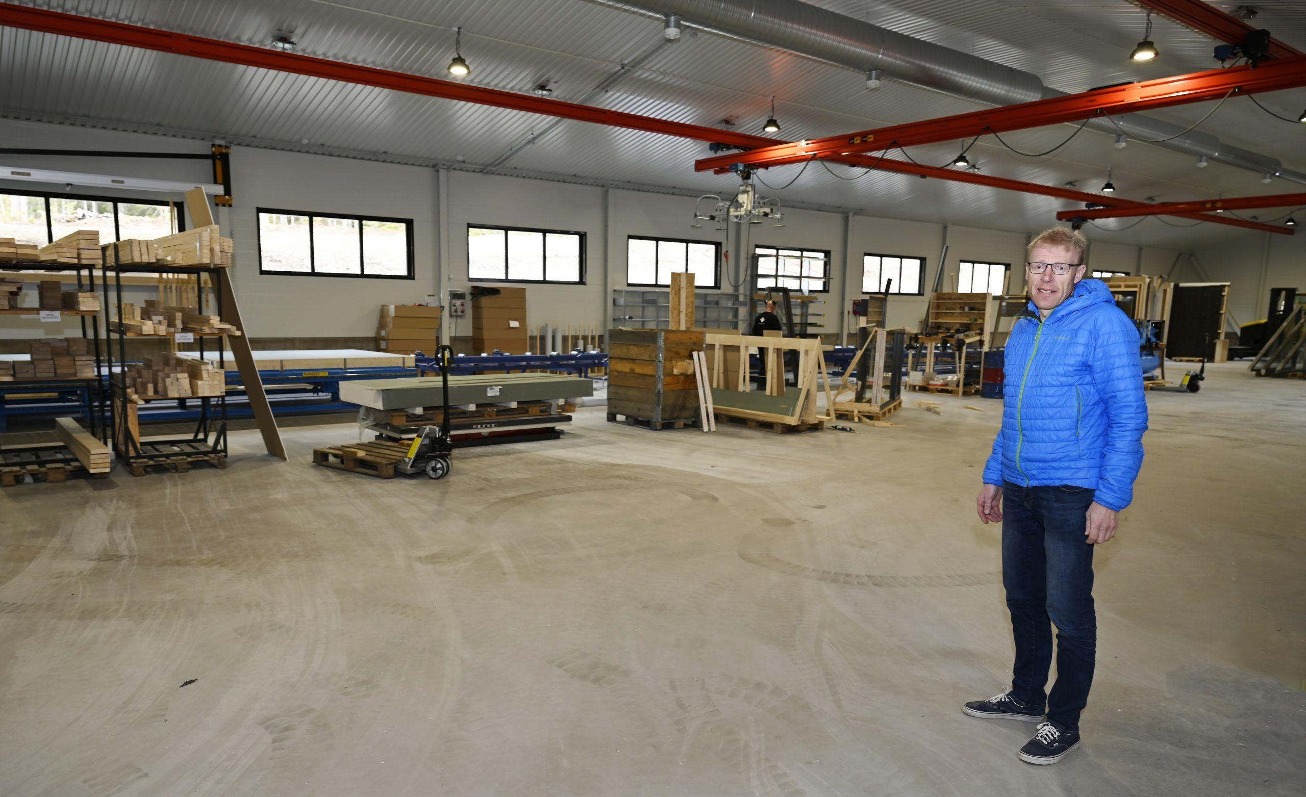 Magne Omsrud i ny produksjonshall. Foto: Arne G. Perlestenbakken