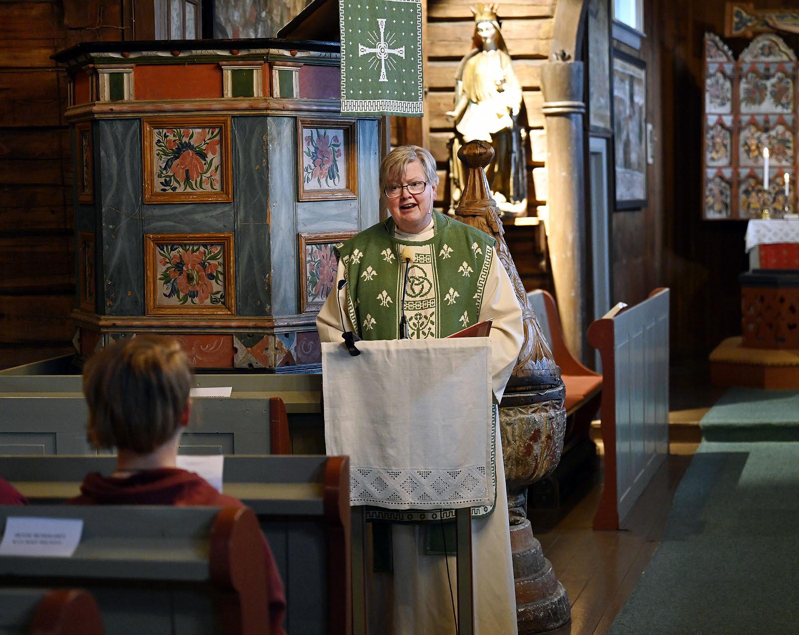Signe prest ledet gudstjenesten. Foto: Arne G. Perlestenbakken