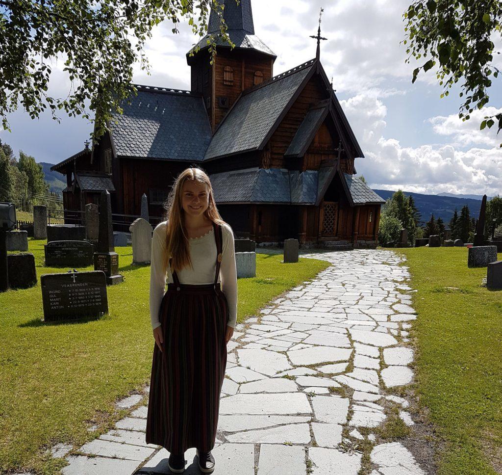 Rønnaug Øverby er gaid i Hedalen stavkirke. Foto: Arne Heimestøl