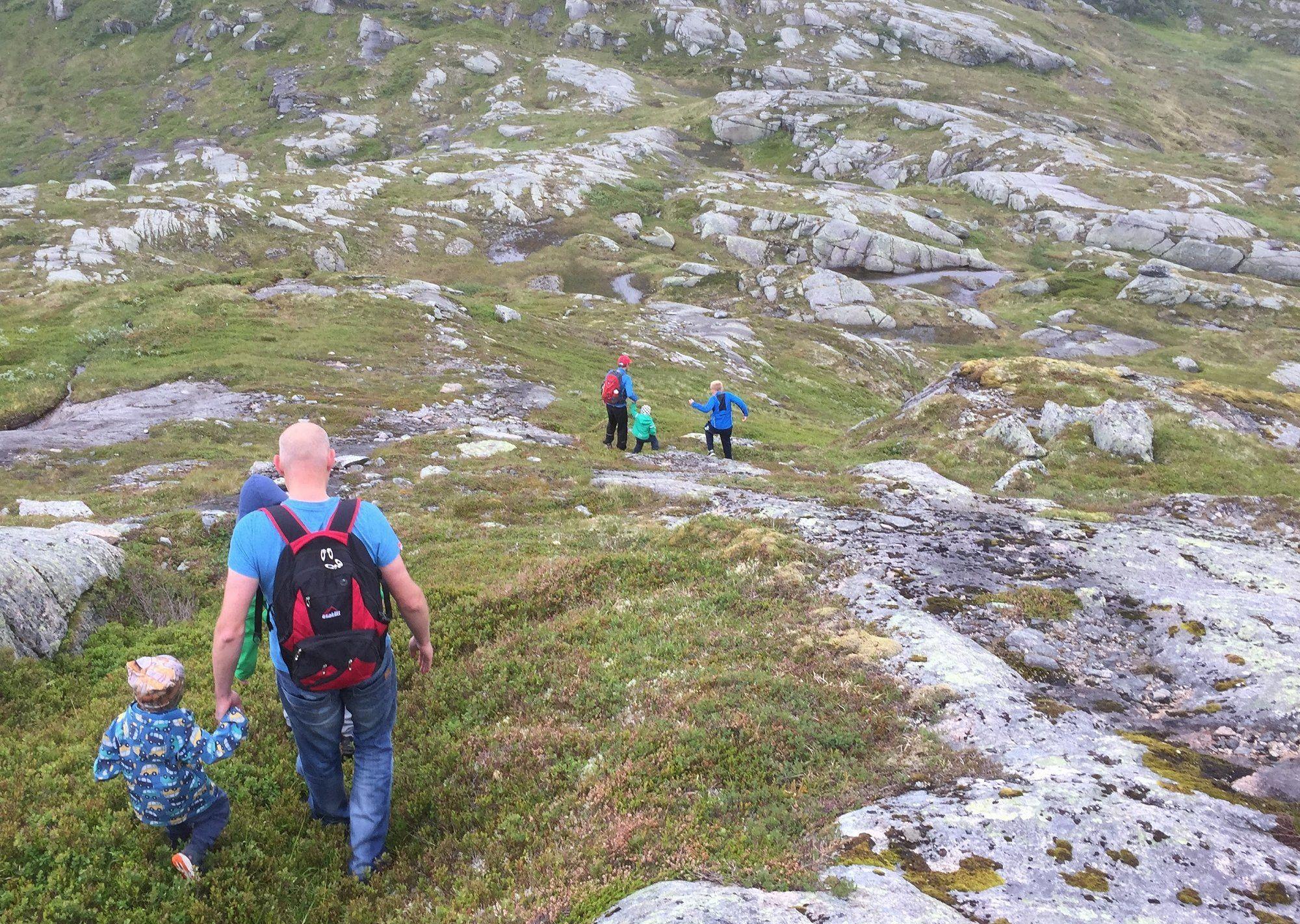 Familie på fjelltur. Foto: Line Kamilla Heimestøl