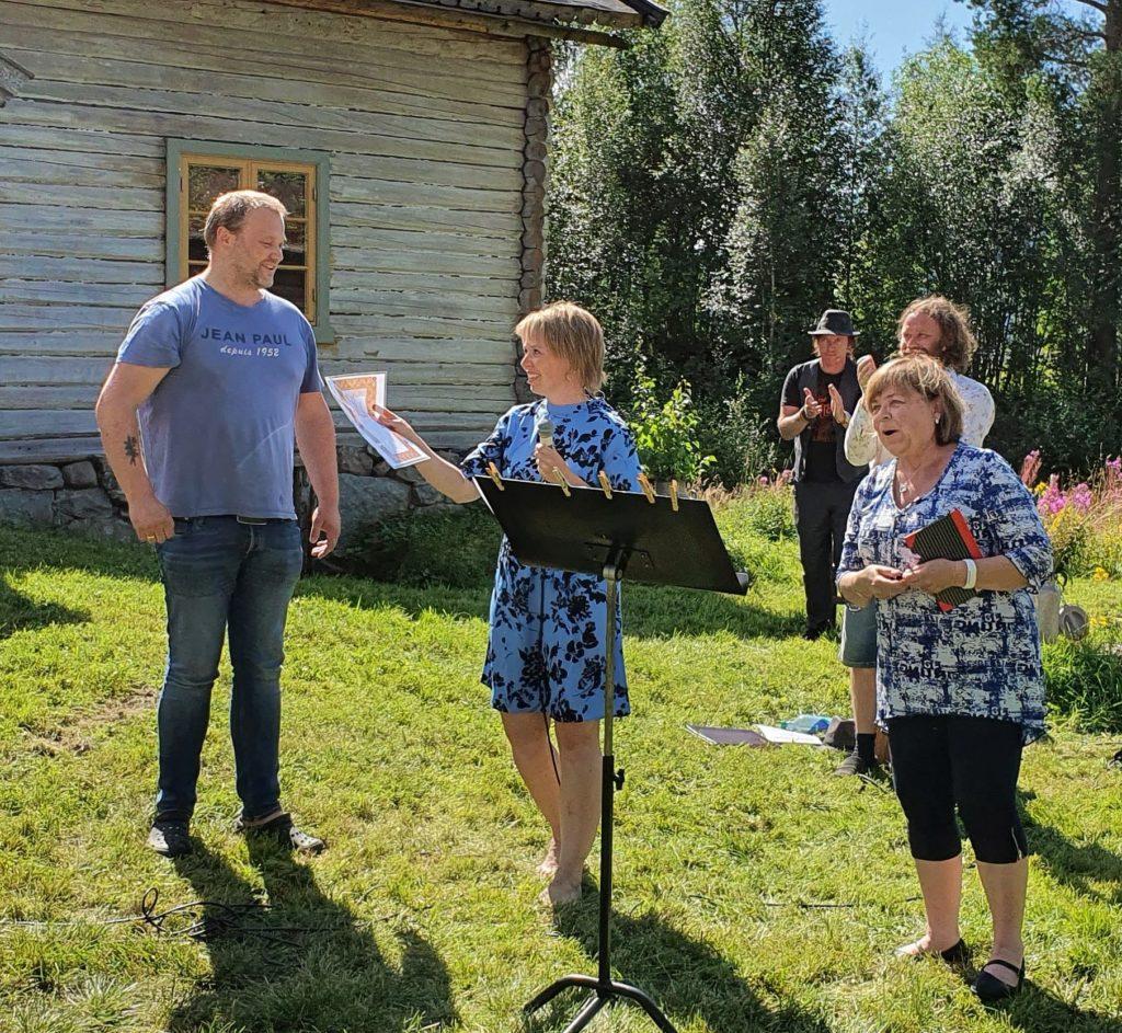 Fra venstre: Arnstein Li, Bodil Øyhus Pihl (Hedalen ungdomslag) og Mona Næss (Fossekallen Hed)