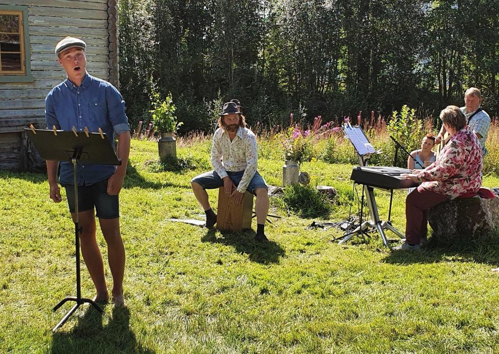 Halvor Grønhaug framførte Song til friheten av Bjørn Afzelius og Fattig bonddreng av Astrid Lindgrend.