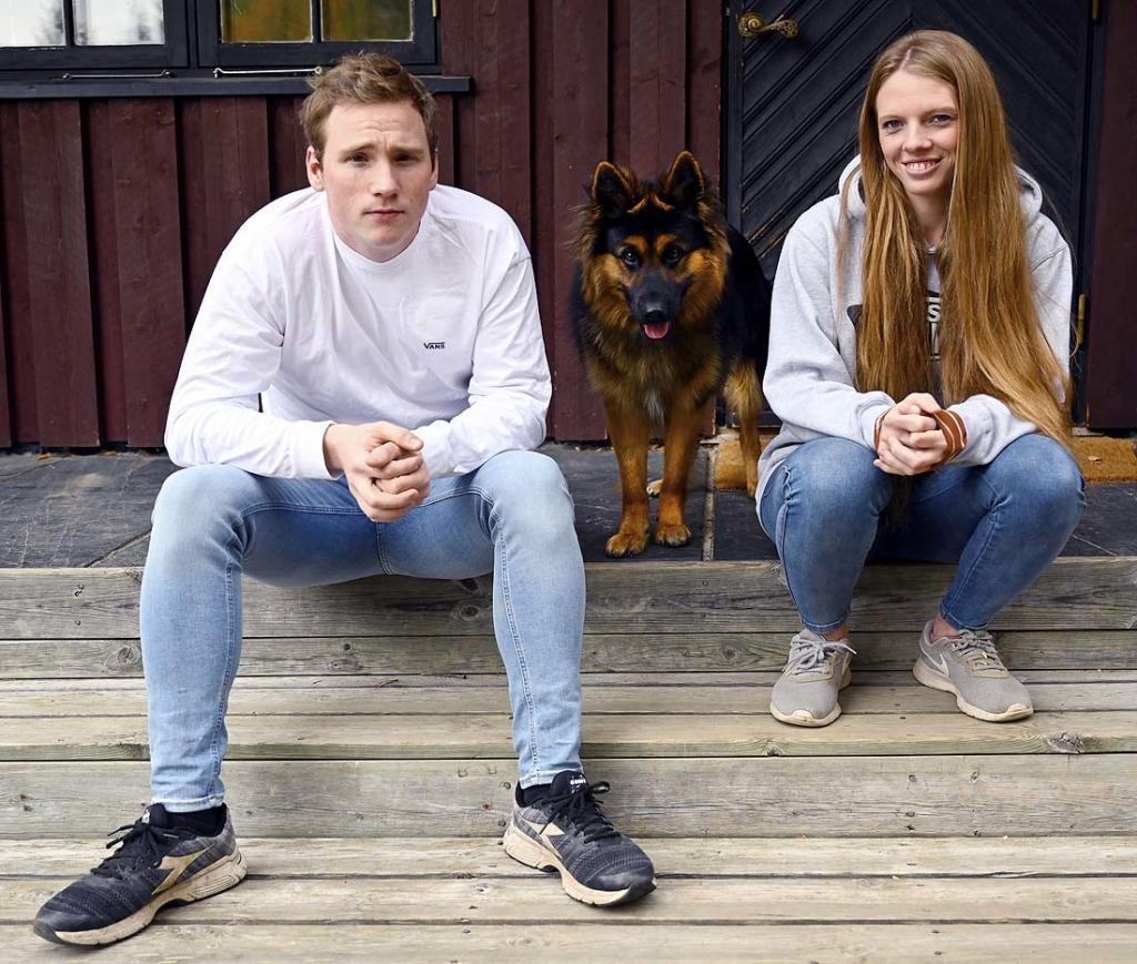 Martin og Siri på trappa til huset de har pusset opp. Foto: Arne G. Perlestenbakken
