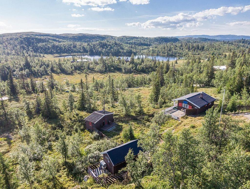 Unik fritidseiendom med hytte, anneks, uthus og båthus. To tometer beligg. ca. 990 moh. med gode solforhold og fantastisk utsikt.