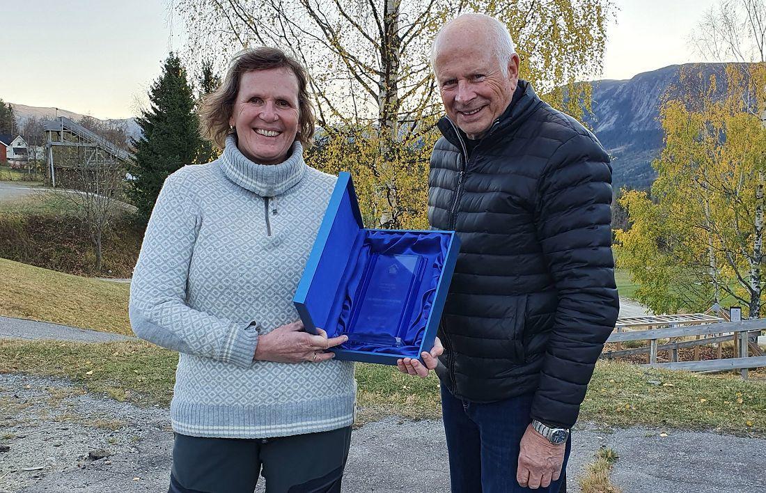 Hyttefolketets hederspris. Fra venstre: Line Wermundsen Mork og Leif Magne Flemmen