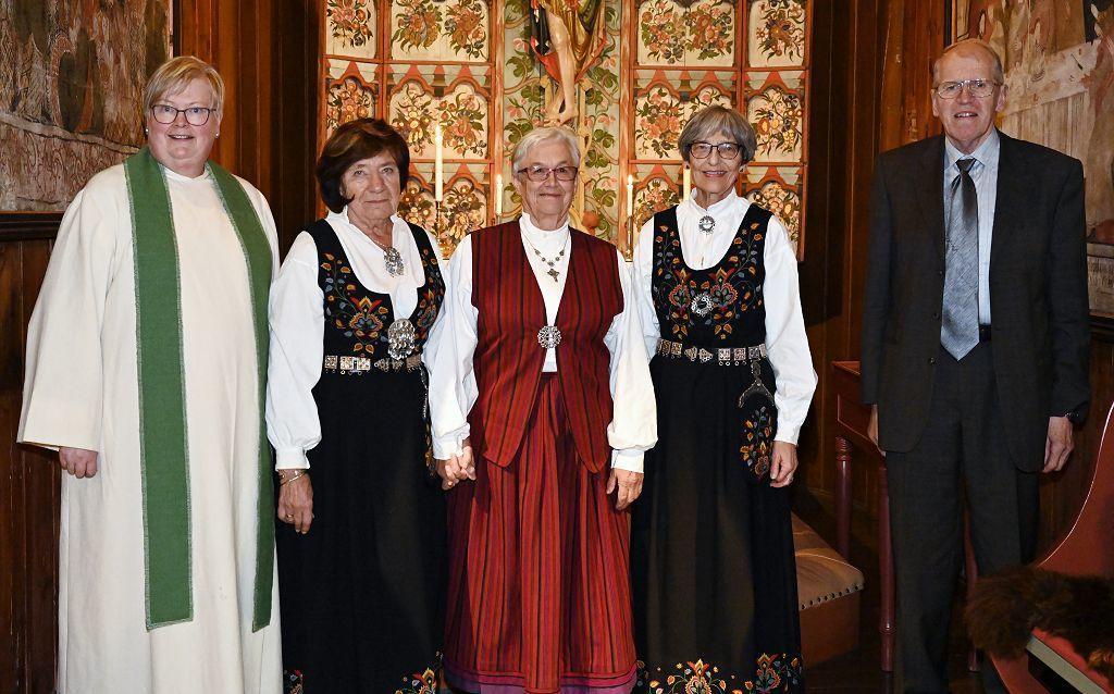 Fra venstre: Signe Kvåle, Grethe Fossholm Langbråten, Solveig Sukke Liodden, Anne Lise Goplerud Berge og Arne G. Perlestenbakken. Foto: Arne Heimestøl