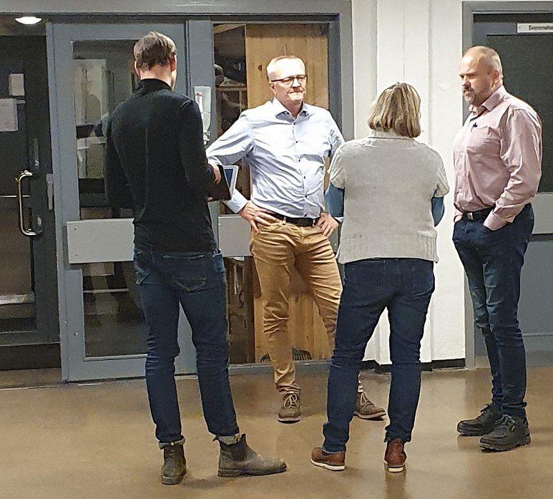 Representanter fra administrasjonen samlet seg på gangen i forbindelse med ett av gruppemøtene