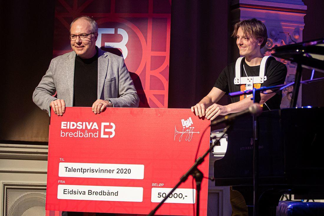 Ola Øverby mottar Talentpisen 2020 fra Bjørn Tore Paulen - Eidsiva Bredbånd