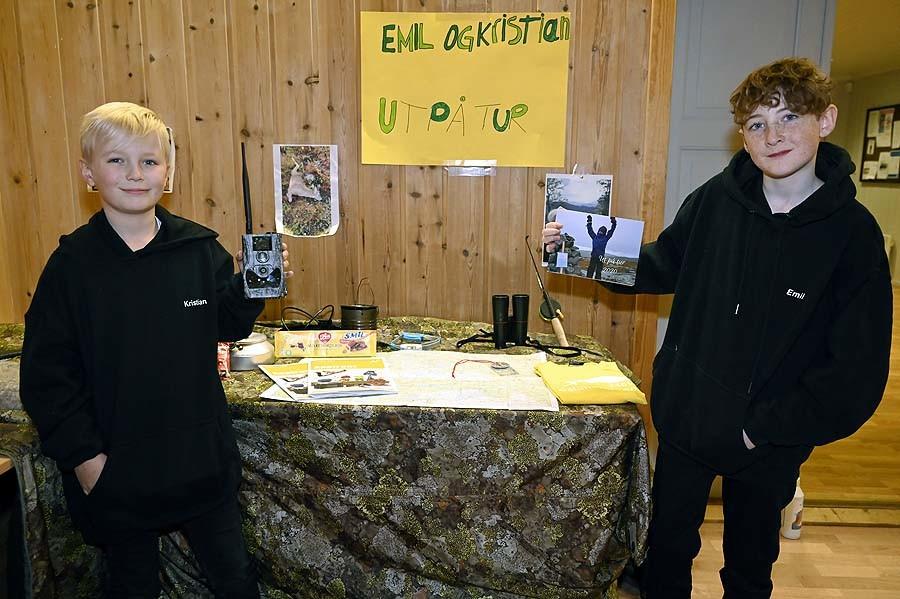 Emil og Kristian viste fram prosjektet sitt på høstfesten