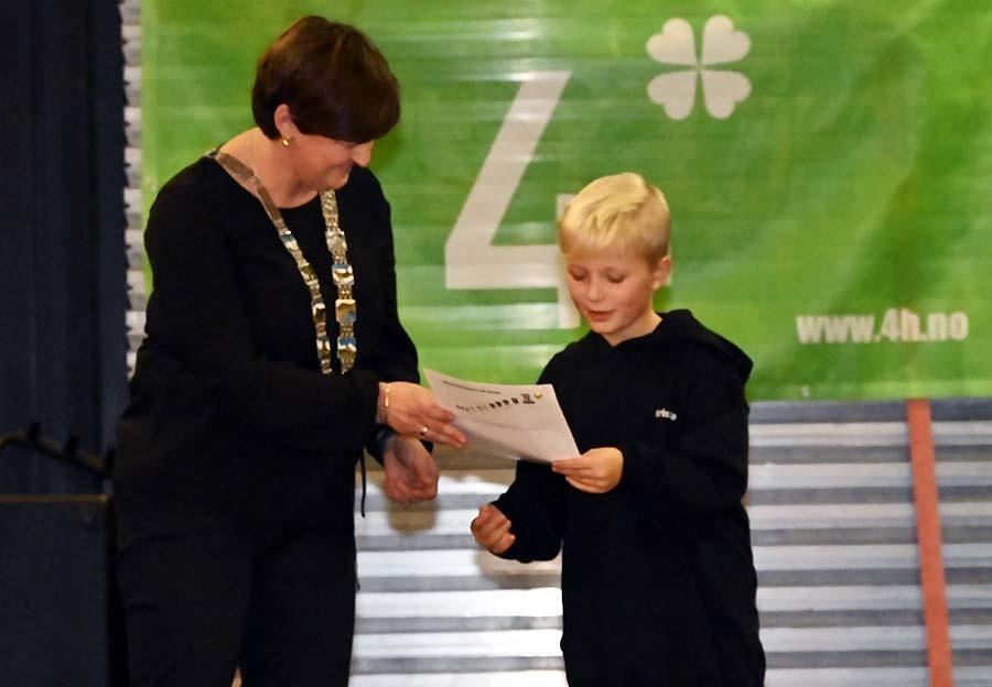 Kristian får sitt første aspirantmerke av ordfører Marit
