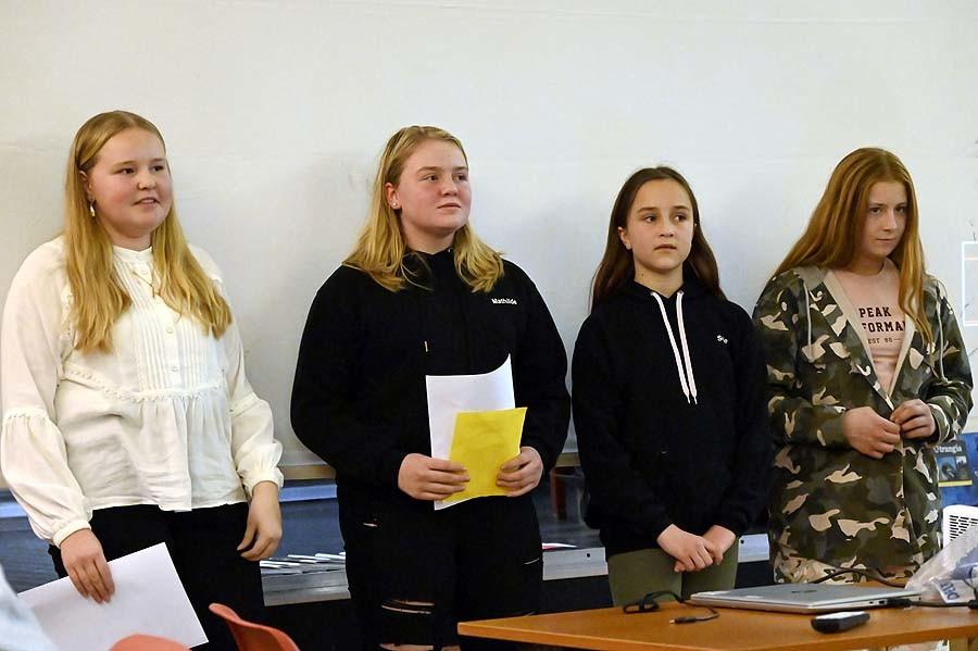 Hannah, Mathilde, Sofie og Angelica ledet kvelden fra scena