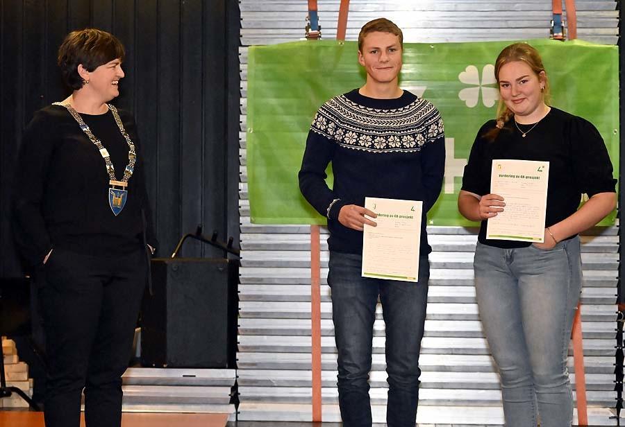 Magnus og Gjertrud fikk utdelt Plakettnålen etter 9 år i 4H