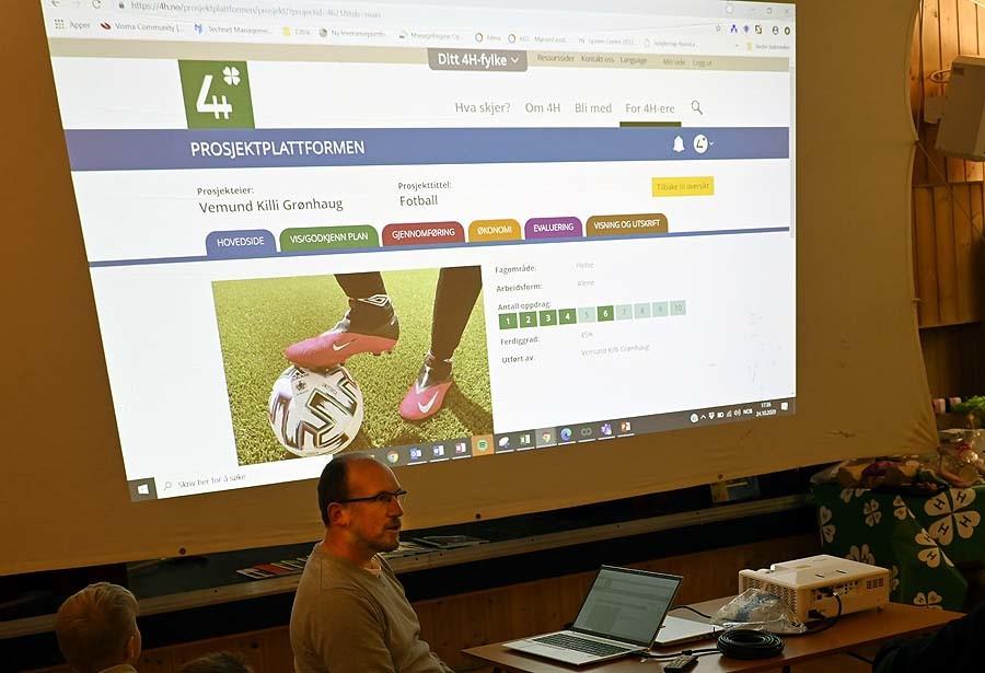 Neste år blir prosjektheftene digitale – Anders viste fram fra Vemunds digitale fotballprosjekt i år