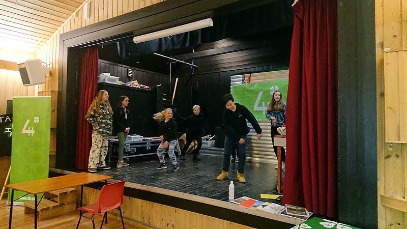 Danselek er tradisjon – tror nesten hele salen var innom scena