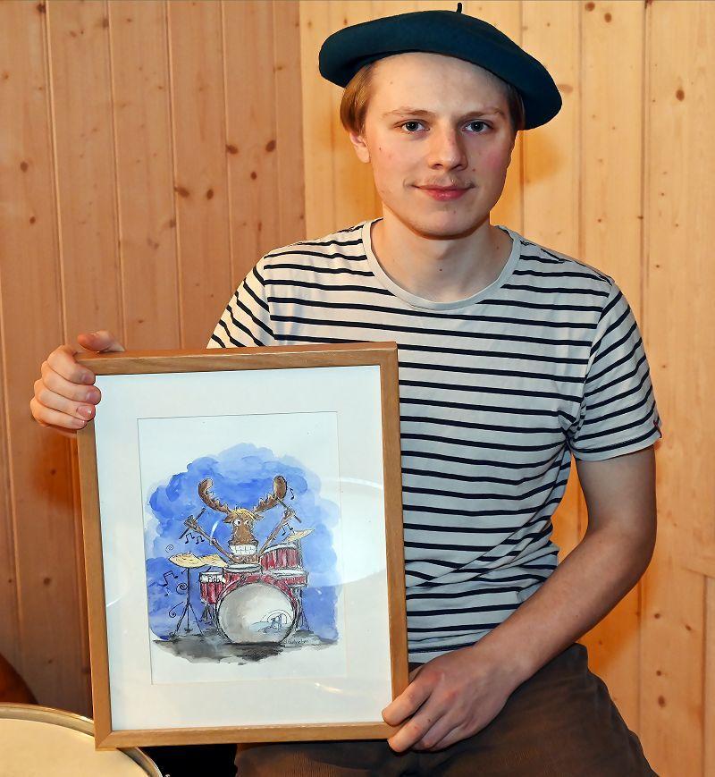 Ola med prisen han ble tildelt i kommunestyremøtet 17.12. Foto: Arne G. Perlestenbakken
