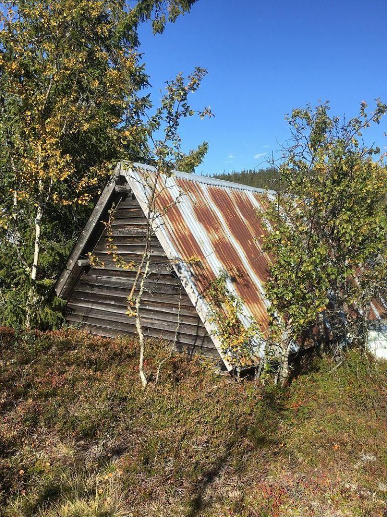 Naust ved Hellsenningen. Foto: Nils E. Bjerkestrand