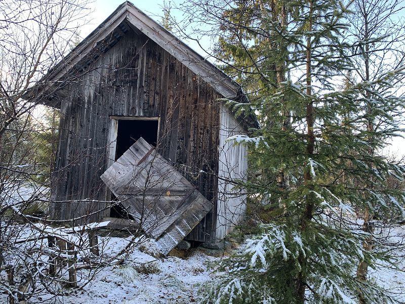 Forlatt uthus ved Stormyra. Foto: Nils E. Bjerkestrand