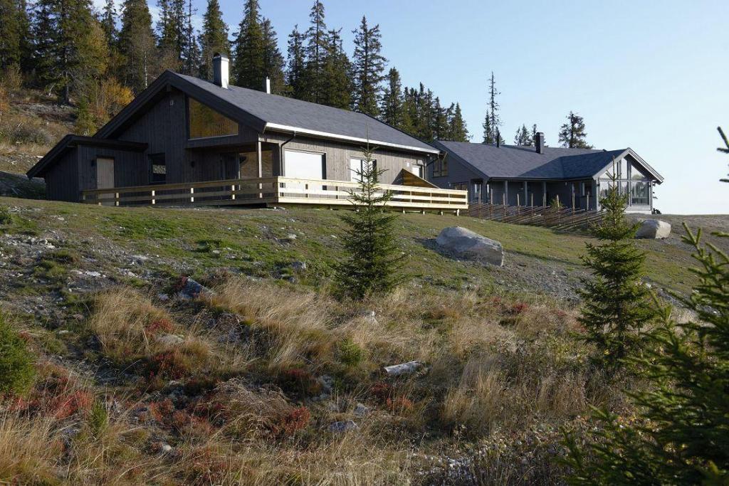 To av de første hyttene i feltet