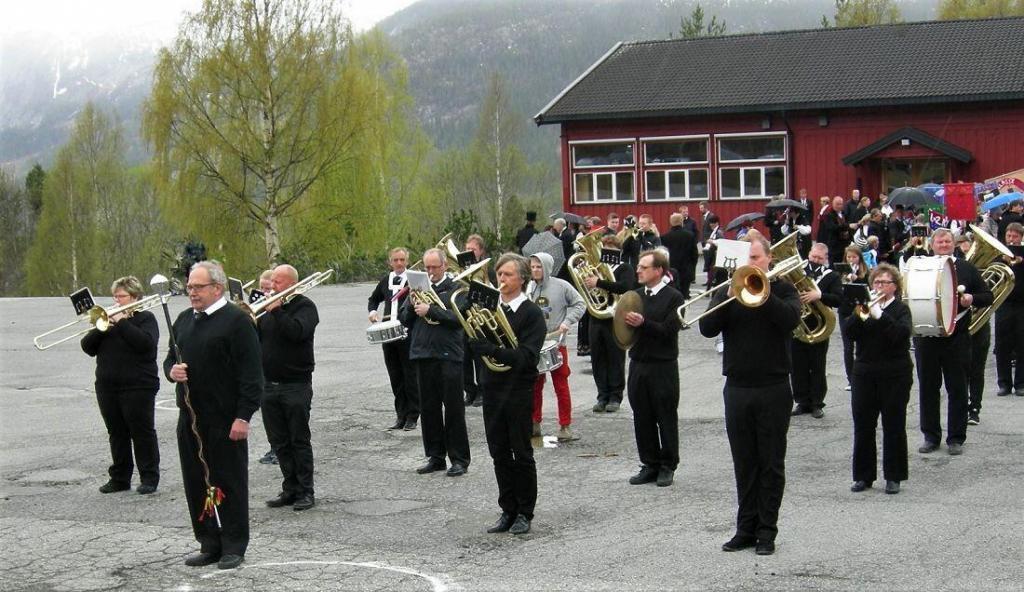 Hedalen musikkorps med dirigent Arild Bjørnstad