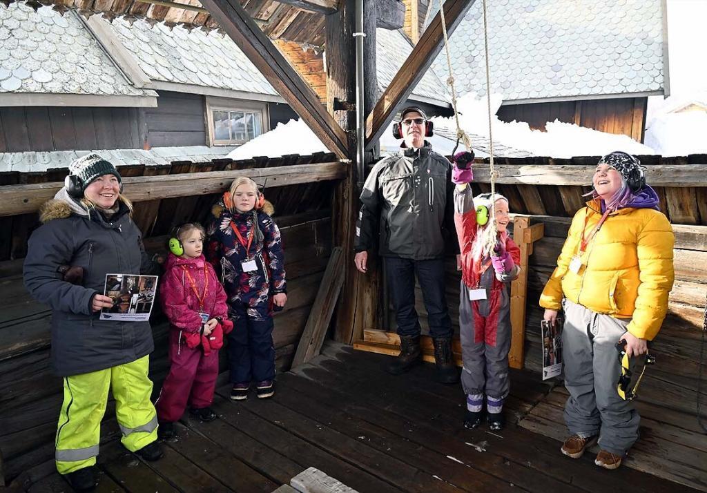 Kirketjener Knut tok imot tårnagenter i Stupulen. Foto: Arne G. Perlestenbakken