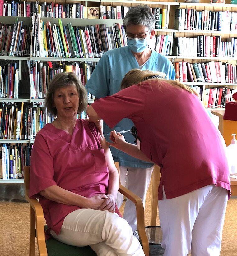 Anne Fossholt blir vaksinert