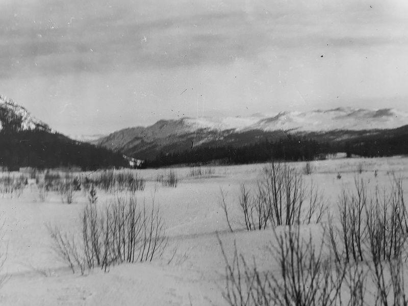 Bildet tatt ved Øvre Grunntjern i sydvestlig rettning, og fjellene vi ser er vestre Dytholknatt og Sørbølfjell ut til høyre.