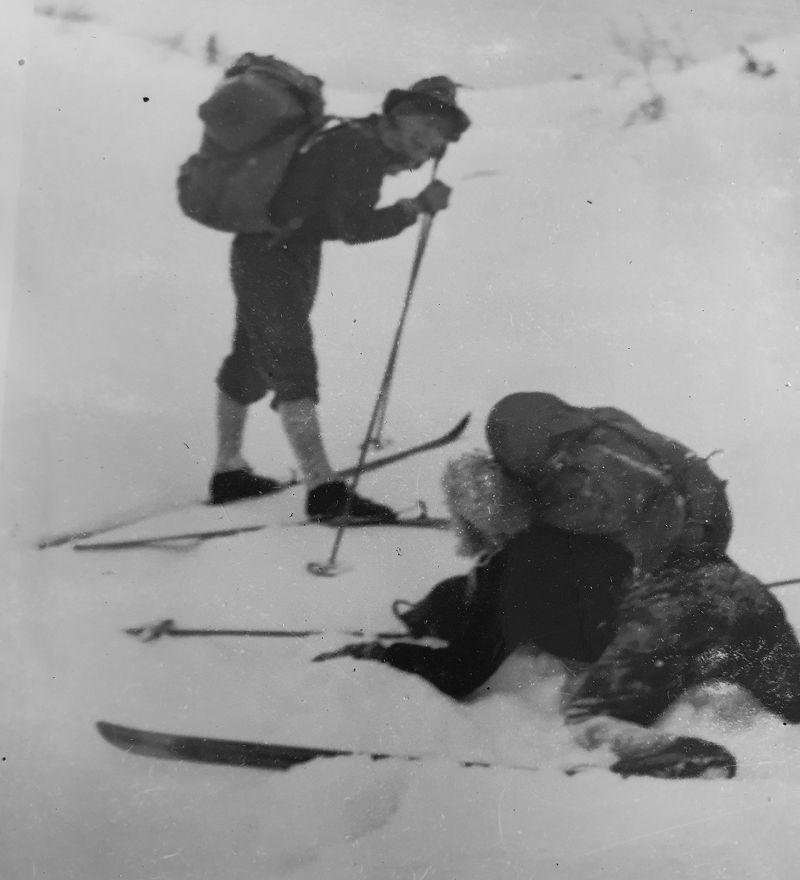 Turen i dyp løssnø over fjellet mot Helseren ble tung, og Roger gjorde flere fall.
