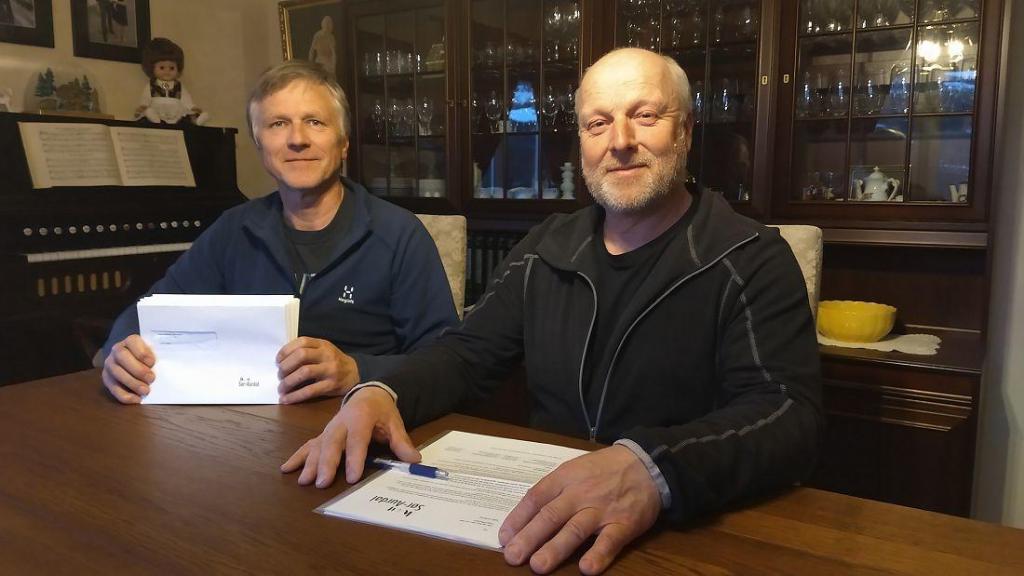 Styreleder Olav Kristian og styremedlem Svein Gunnar Huset klare til å sende ut bunken med 105 brev.