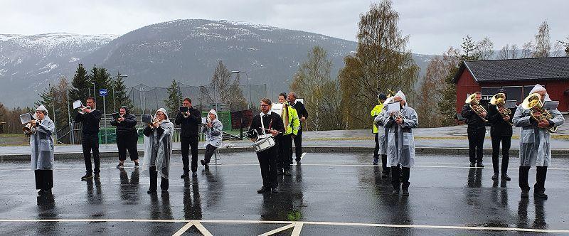 Hedalen musikkorps spilte på busslomma da kortesjen kom tilbake. Det regna godt! Foto: Arne Heimestøl