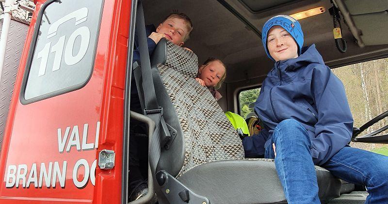 Tenk å få kjøre brannbil først i kortesjen! Foto: Arne Heimestøl