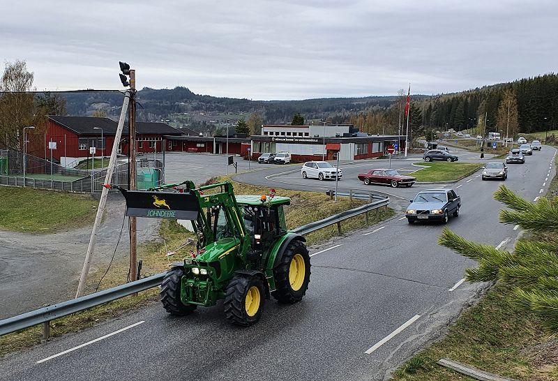 Kortesjen passerer skolen på veg sørover. Foto: Arne Heimestøl