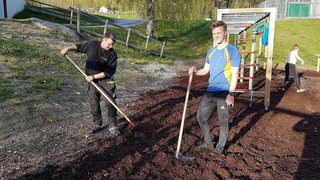 Frode og Edvart på dugnad i aktivitetsparken. Foto: Arne Heimestøll