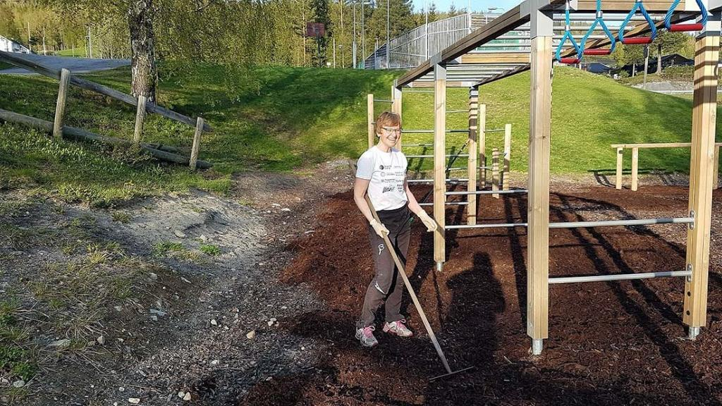 Anny på dugnad i aktivitetsparken. Foto: Arne Heimestøll