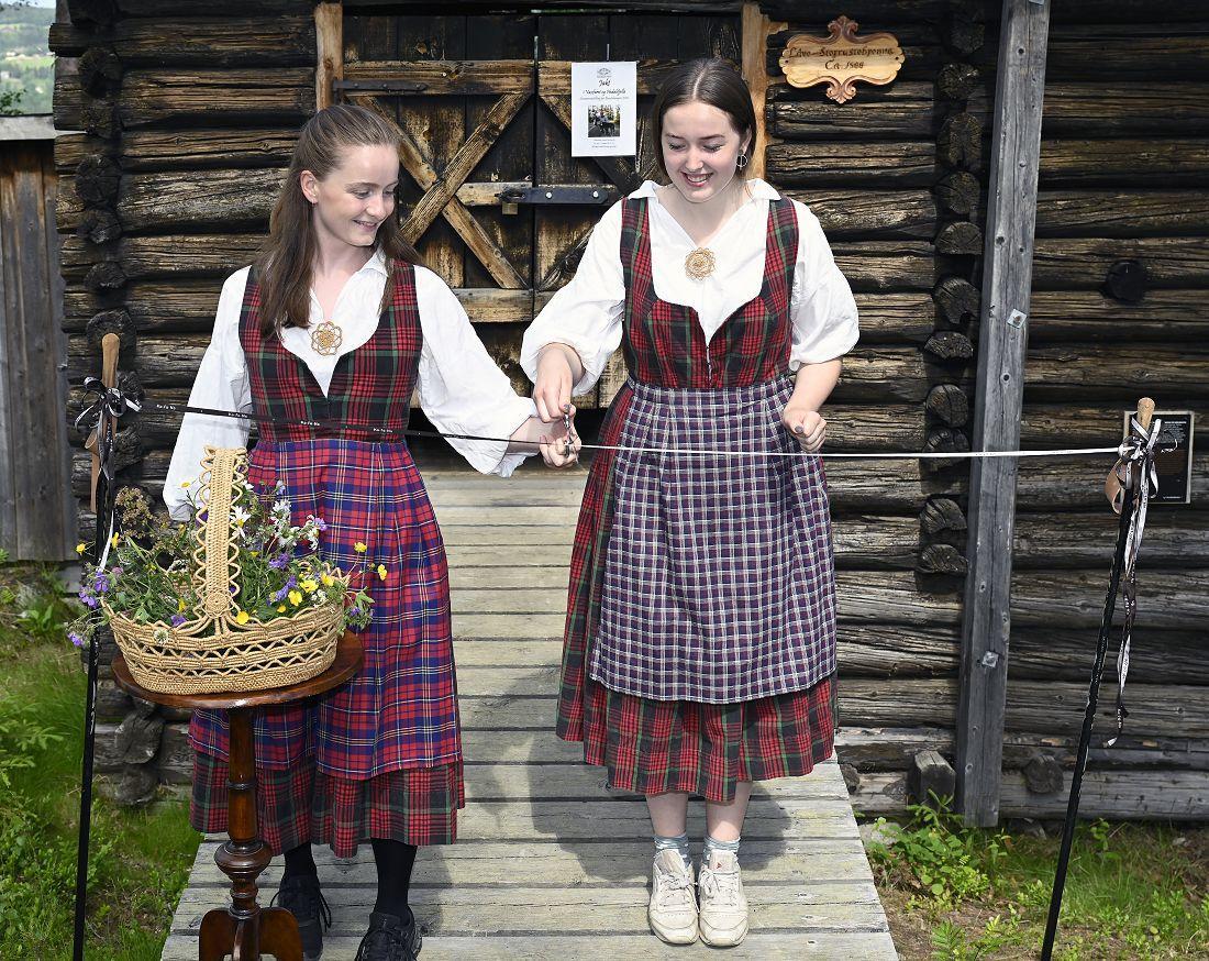 Tiril og Oda klipper snora til utstillinga. Foto: Arne G. Perlestenbakken