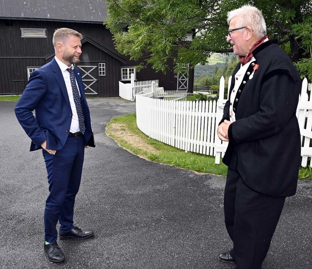 Helse- og omsorgsminister Høie i samtale med Elling