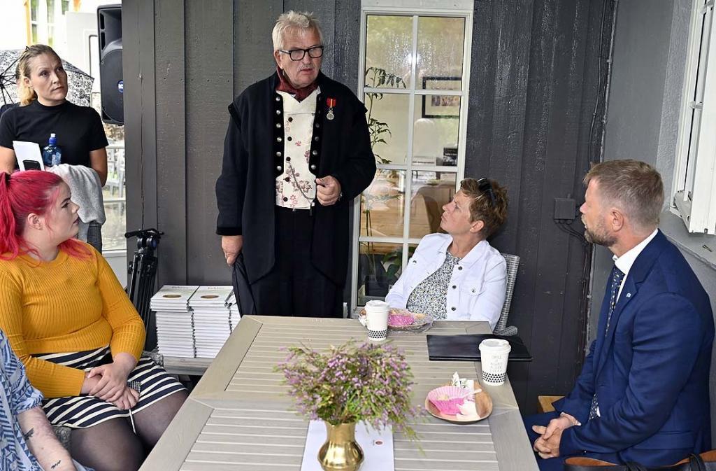 Elling orienterer statsforvalterens representant Blakstad og statsråd Høie om behandlingstilbudet ved Fekjær