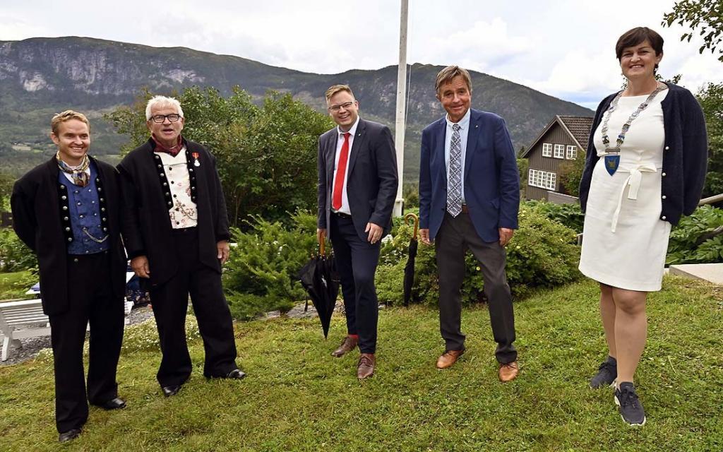 Fra venstre klinikksjef Tor Anders Perlestenbakken, institusjonssjef Elling Fekjær, fylkesordfører Even Aleksander Hagen, stortingsrepresentant Tore Hagebakken og ordfører Marit Hougsrud