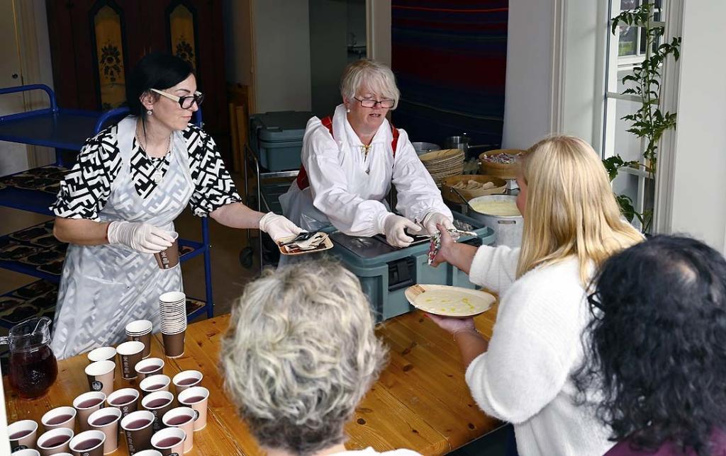 Kokkene Rita og Tove serverer rømmegrøt og spekemat
