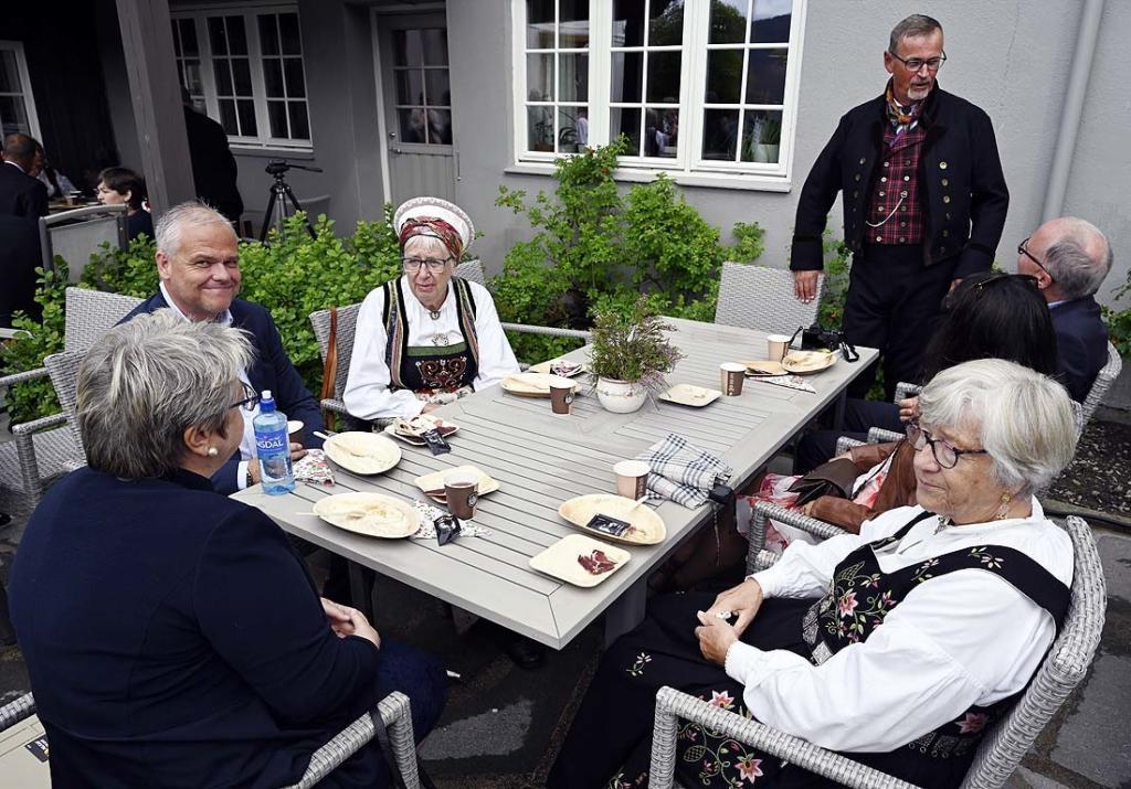 På tunet var det plassert småbord for bespisning. Fra venstre Tove Kristin Jevne, Svein Pettersen, Tone Meisdalen, Ståle Borgersen og Randi Skogly