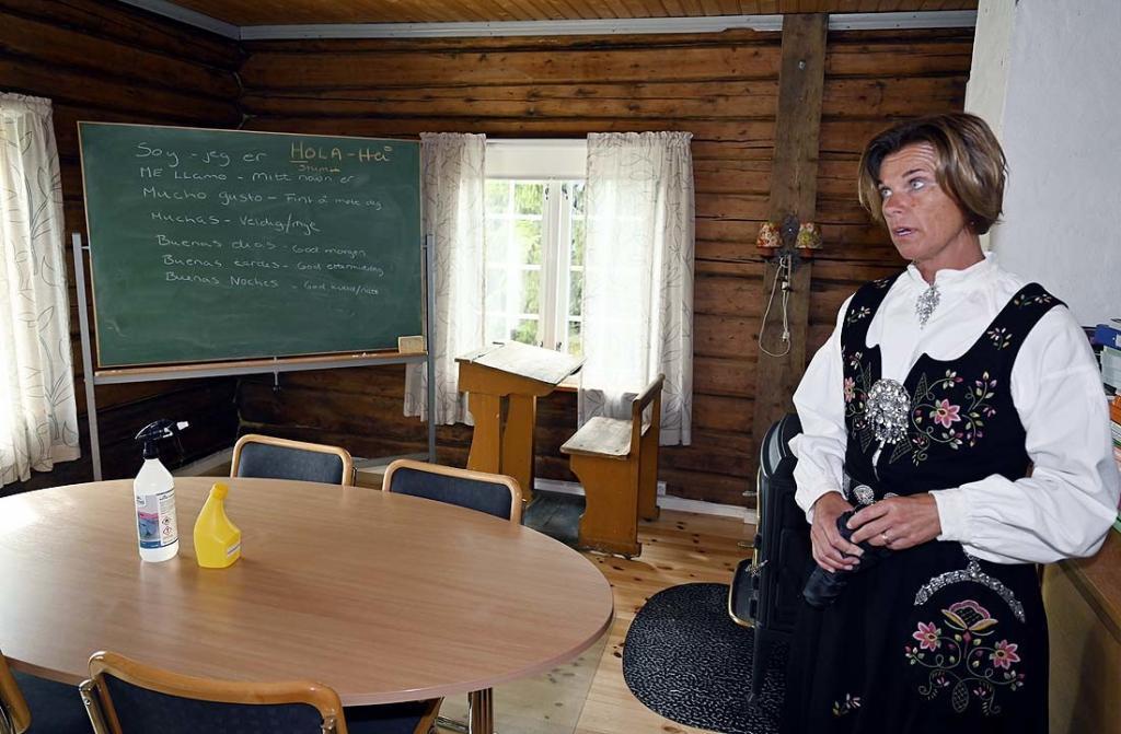 Teamleder Nina Grøv Haugom har omvisning for en gruppe gjester. Her fra skolestuggua