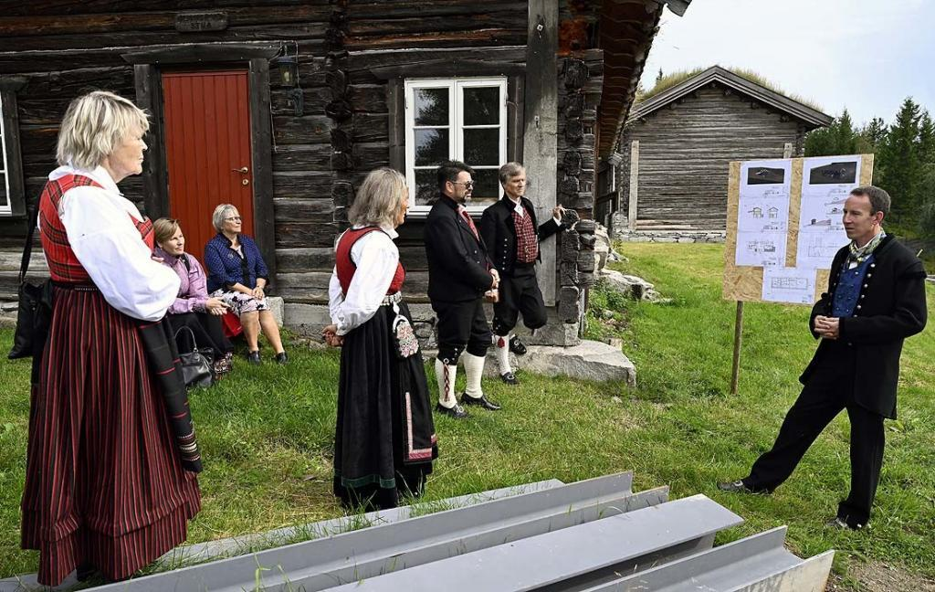 Gunnar Fossholt viser en gruppe gjester rundt