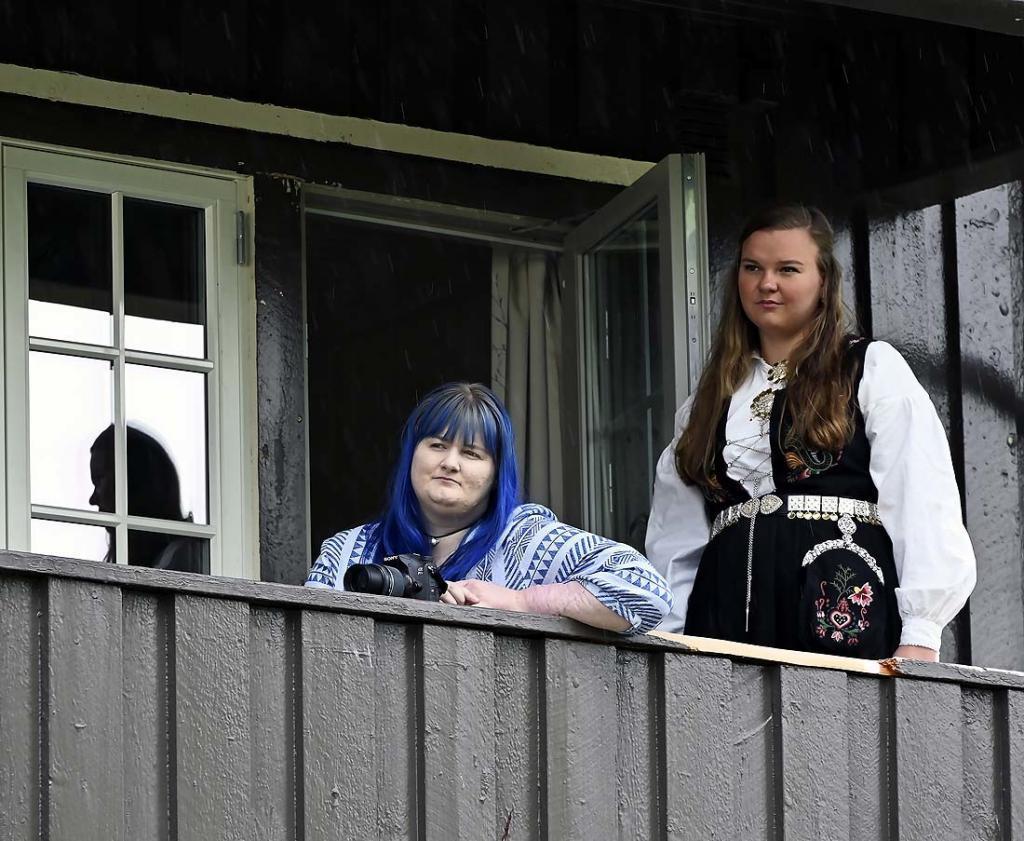 Ida og Ingrid har orkesterplass fra balkongen