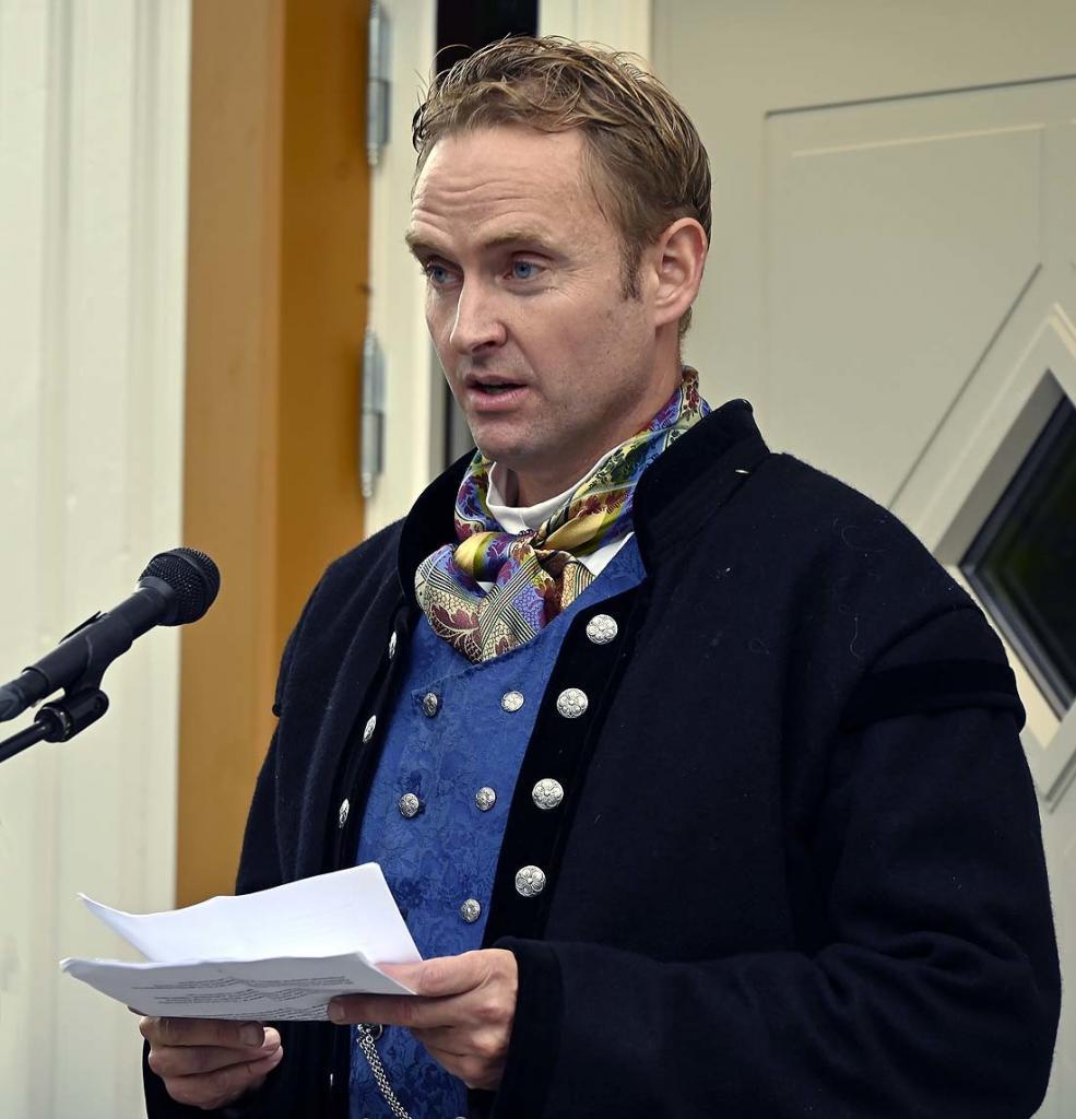 Klinikksjef Tor Anders Perlestenbakken holder tale om dagens Fekjær