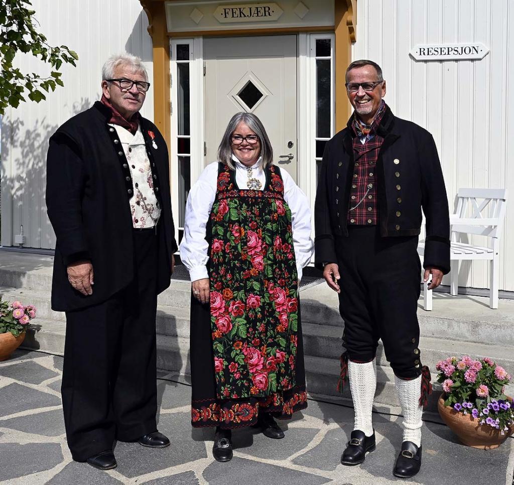 Stortingskandidat Kari Anne Jønnes flankert av Elling og programleder/styreleder Ståle Borgersen