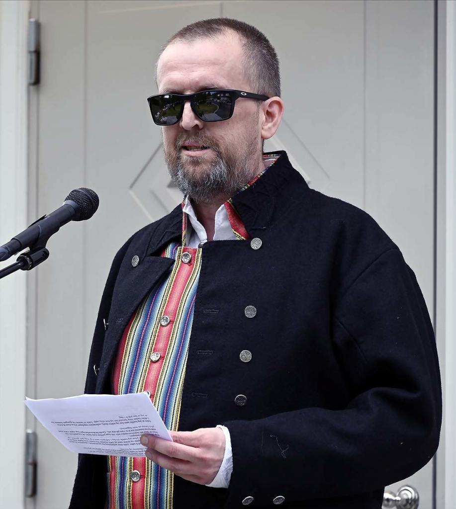 Tillitsvalgt Roy Arne Børseth hilser fra de ansatte ved Fekjær